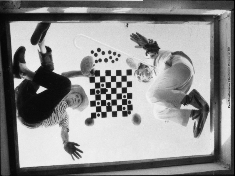 Duchamp and Dalí playing chess during filming for A Soft Self-Portrait, 1966 (photograph, 21×31 cm). Photo by Robert Descharnes and Paul Averty. ©Descharnes & Descharnes sarl 2016. Archivo Fotografico Pere Vehi, Cadaques